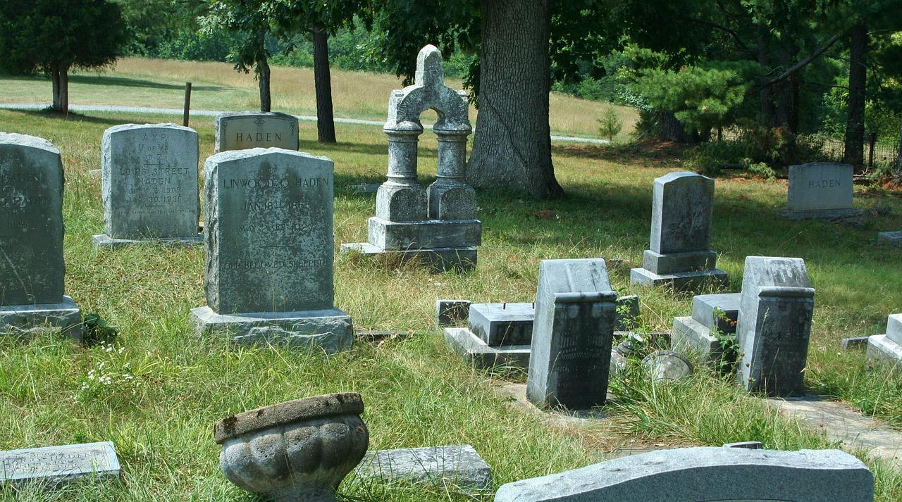 """Cos'è lo """"spurgo"""" o procedura per recuperare spazi nei cimiteri 1"""