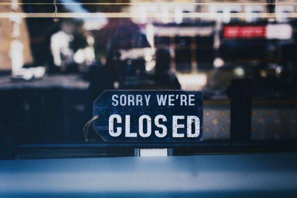 serranda del negozio bloccata
